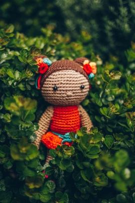 Amigurumi de niña con vestido naranja.